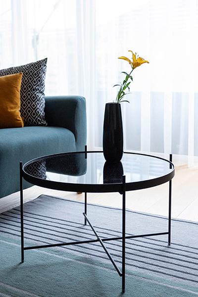 svetaines interjero pavyzdys - staliukas, kilimas ir sofa