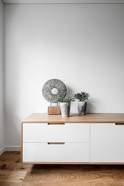 interjero dizaino pavyzdys - balta komoda