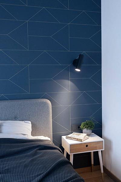 miegamojo interjeras - melyna siena ir apsvietimas