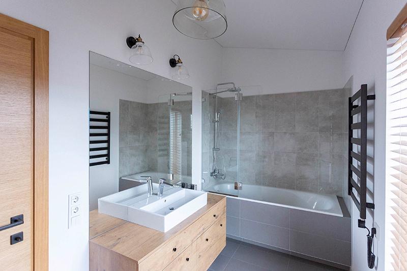 vonios interjeras - kotedzas kalnenuose