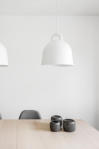 interjero dizaino pavyzdys - stalas ir apsvietimas
