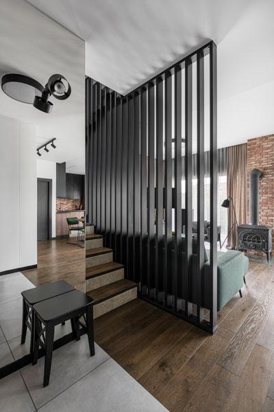 interjero dizaino pavyzdys - laiptai su pertvara - kotedzas baltupiuose