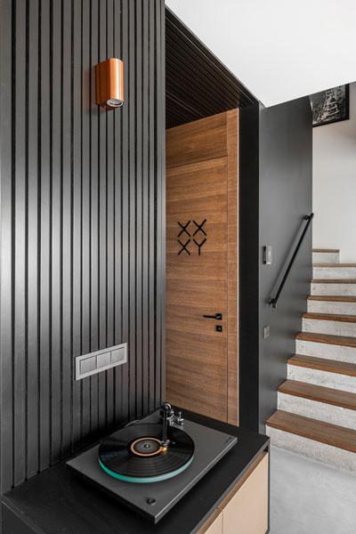 interjero dizaino pavyzdys - durys XX XY simboliai - kotedzas pavilnyje